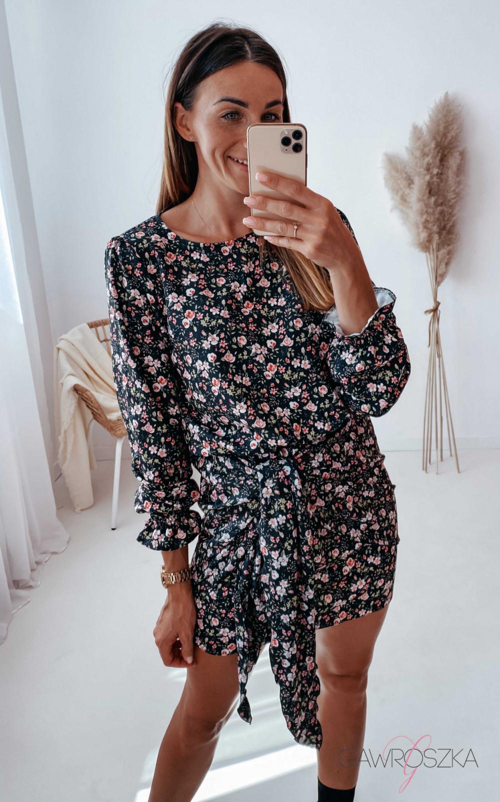 Sukienka z wiązaniem czarna w drobne różyczki 2