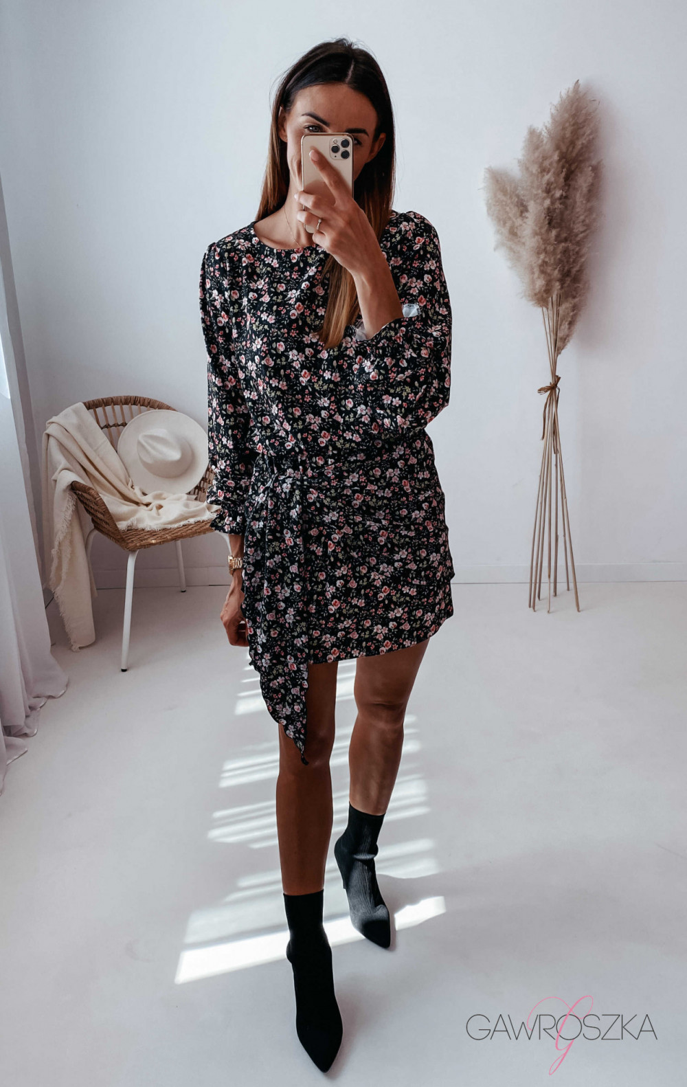 Sukienka z wiązaniem czarna w drobne różyczki 8