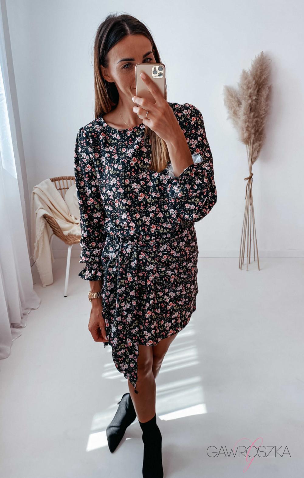 Sukienka z wiązaniem czarna w drobne różyczki 9