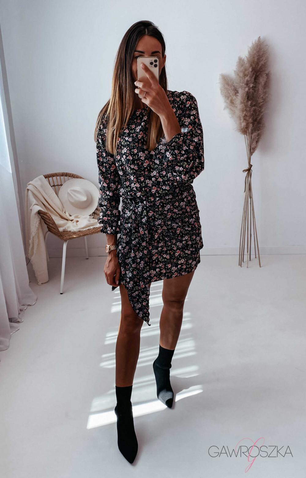 Sukienka z wiązaniem czarna w drobne różyczki 12
