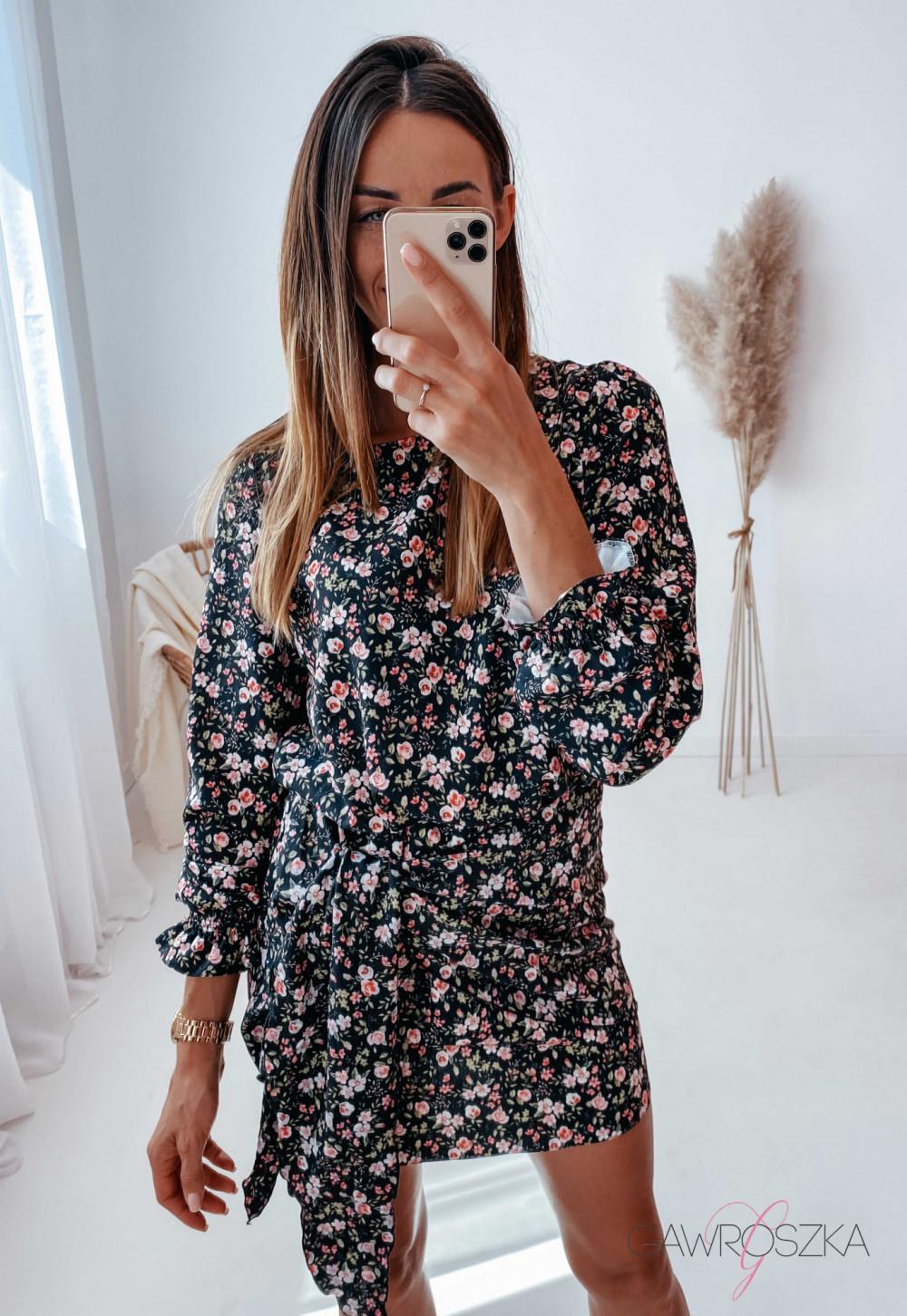 Sukienka z wiązaniem czarna w drobne różyczki 15