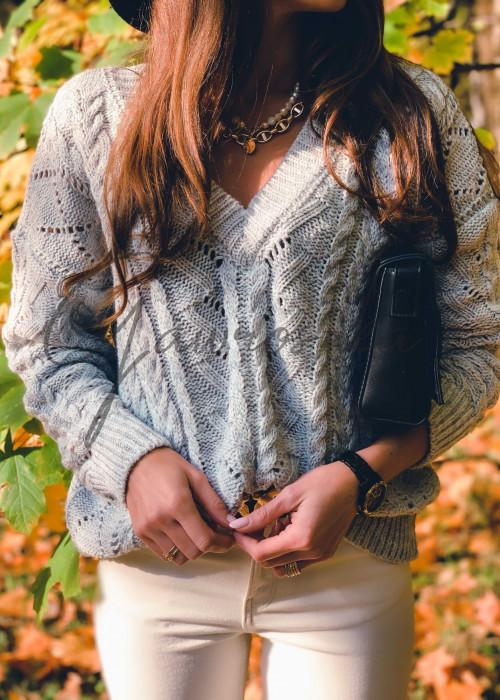 Sweter w serek z warkoczami - szary