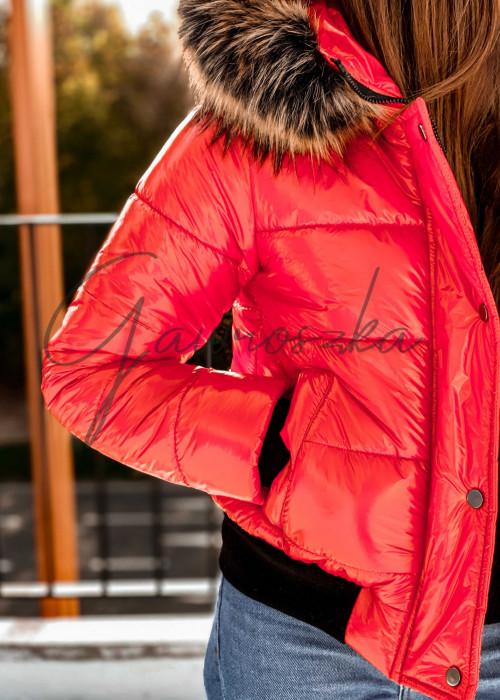 Krótka błyszcząca kurtka z futerkiem - czerwona