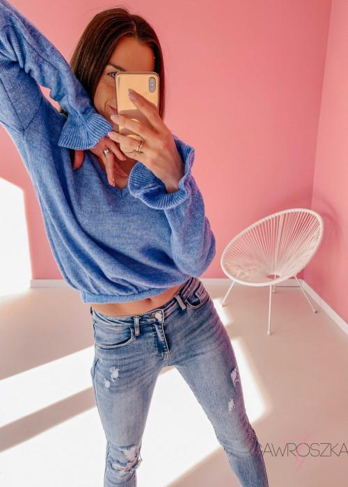 Sweter z falbanka na rękawie - niebieski