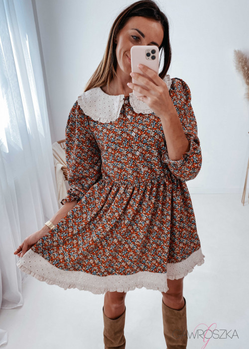 Sukienka z haftowanym kołnierzykiem - kolorowe kwiaty