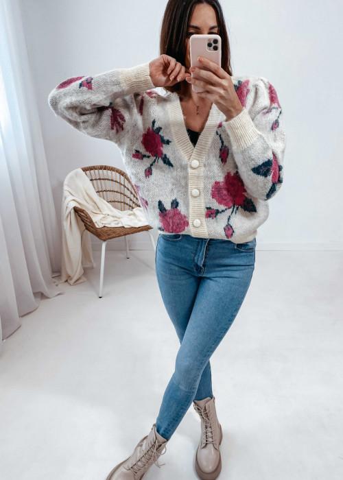 Sweter na guziki - kremowy w róże