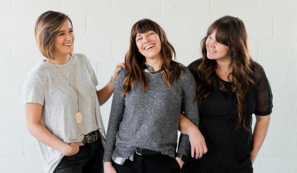 Basicowe swetry i bluzy w casualu – noś je na wiele sposobów